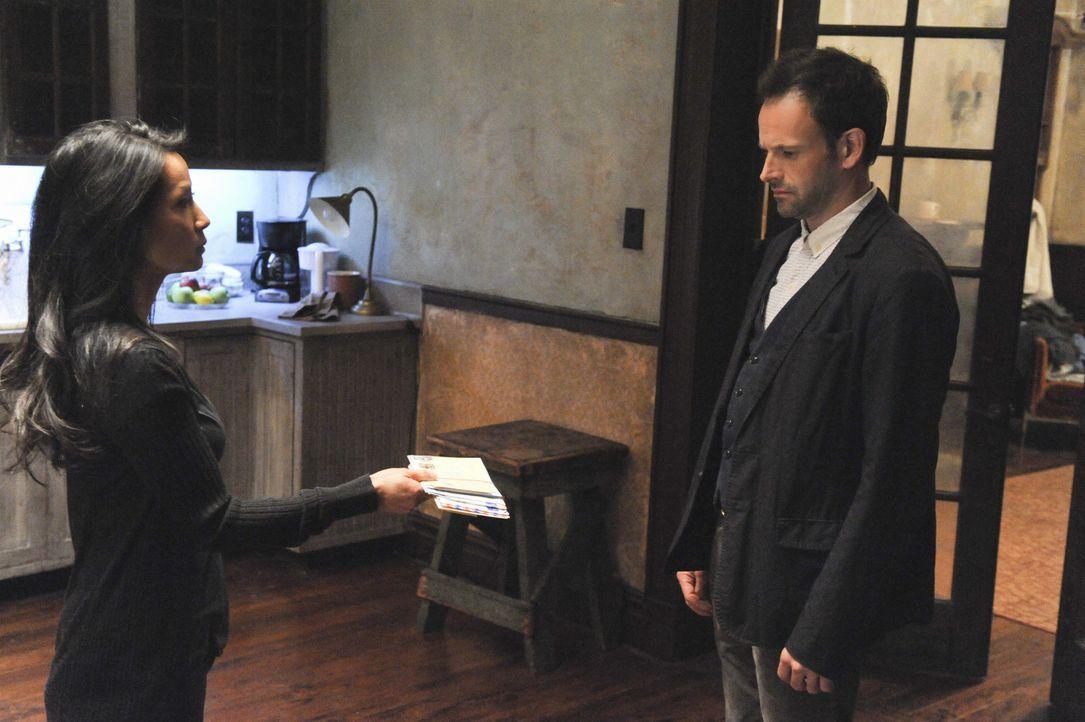 Sind sich nicht einig: Sherlock Holmes (Jonny Lee Miller, r.) und Joan Watson (Lucy Liu, l.) ... - Bildquelle: CBS Television
