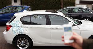 Mithilfe einer App können Carsharer ein Auto mieten. Abgerechnet wird später.