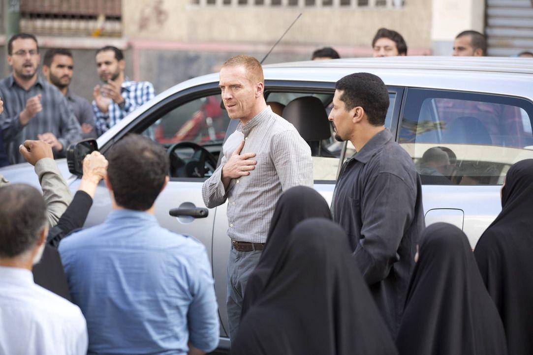 Als Brody (Damian Lewis, M.) in Teheran von den Menschen als Held gefeiert wird, gibt Saul den Auftrag, ihn zu eliminieren. Doch Carrie funkt Saul d... - Bildquelle: 2013 Twentieth Century Fox Film Corporation. All rights reserved.