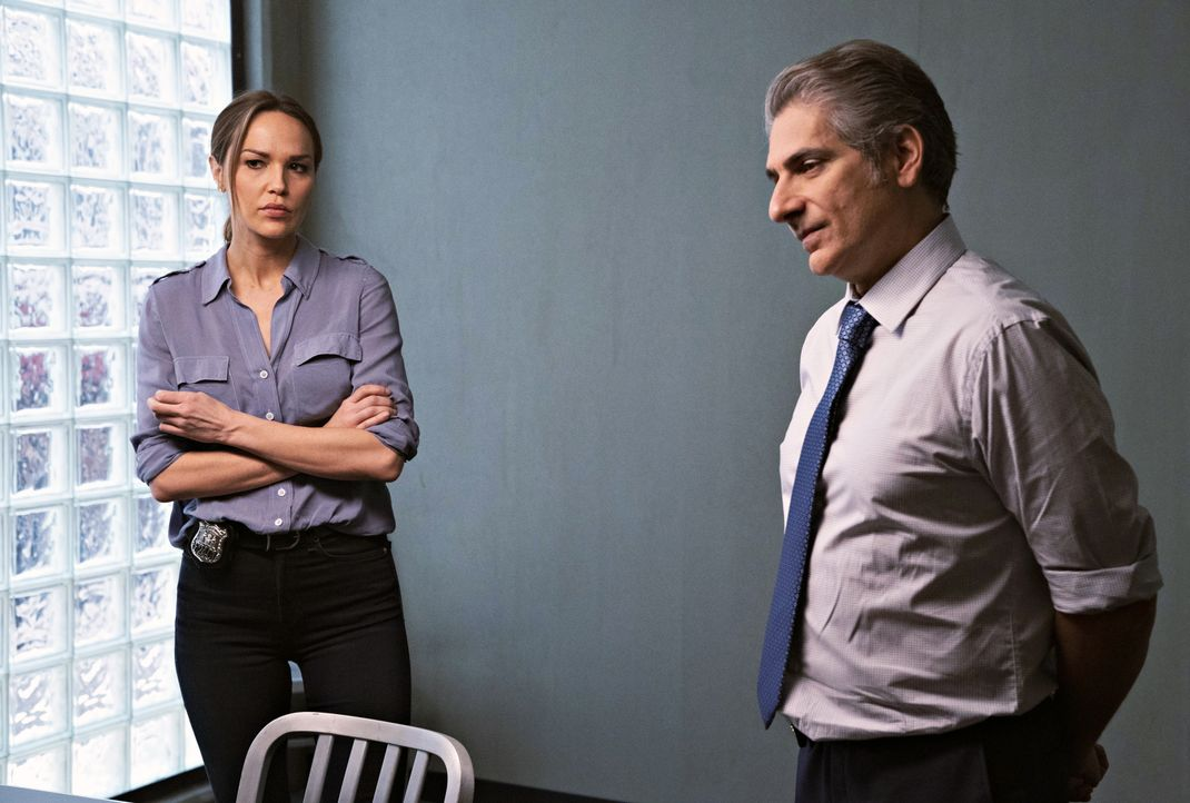 Amelia Sachs (Arielle Kebbel, l.); Detective Michael Sellitto (Michael Imperioli, r.) - Bildquelle: Virginia Sherwood 2020 NBCUniversal Media, LLC / Virginia Sherwood