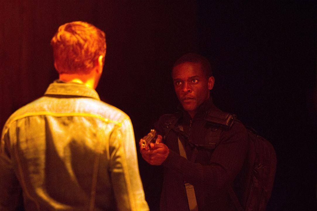 Das Zusammentreffen von Tom (Chris Chalk, r.) und Brody (Damian Lewis, l.) entwickelt sich in eine äußerst unerwartete Richtung ... - Bildquelle: 20th Century Fox International Television
