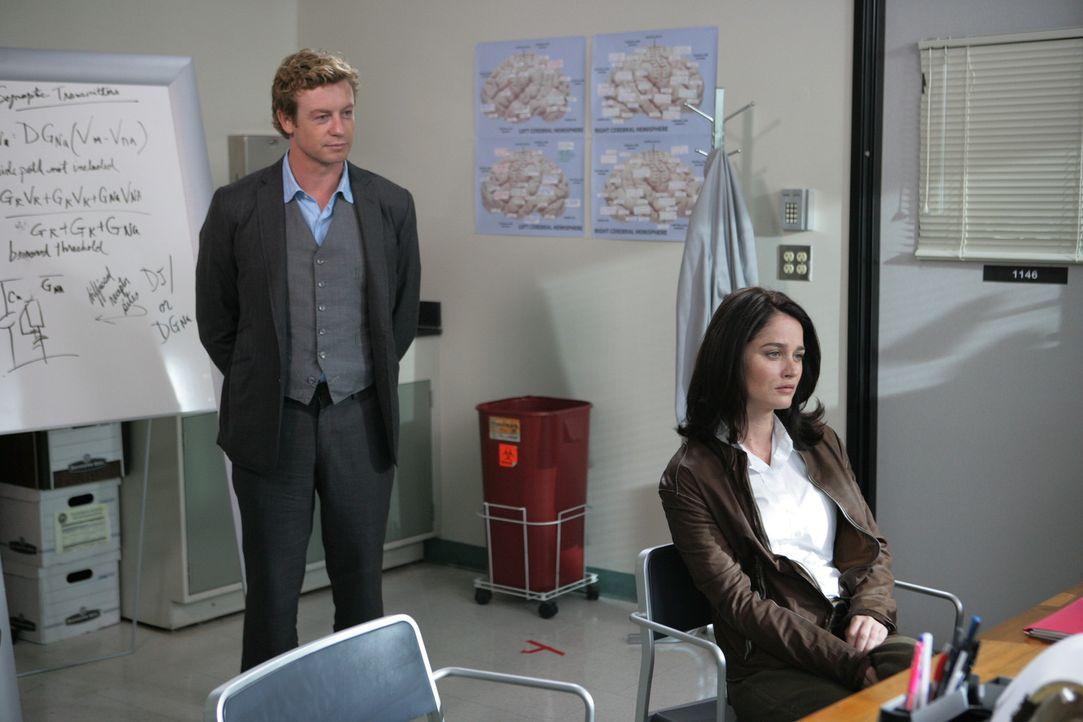 Ermitteln in einem neuen Mordfall: Teresa (Robin Tunney, r.) und Patrick (Simon Baker, l.) ... - Bildquelle: Warner Bros. Television