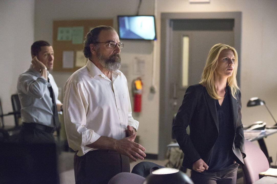 Überwachen Brodys Operation in der CIA-Zentrale: Saul (Mandy Patinkin, M.), Carrie (Claire Danes, r.) und Scott (Tim Guinee, l.) ... - Bildquelle: 2013 Twentieth Century Fox Film Corporation. All rights reserved.