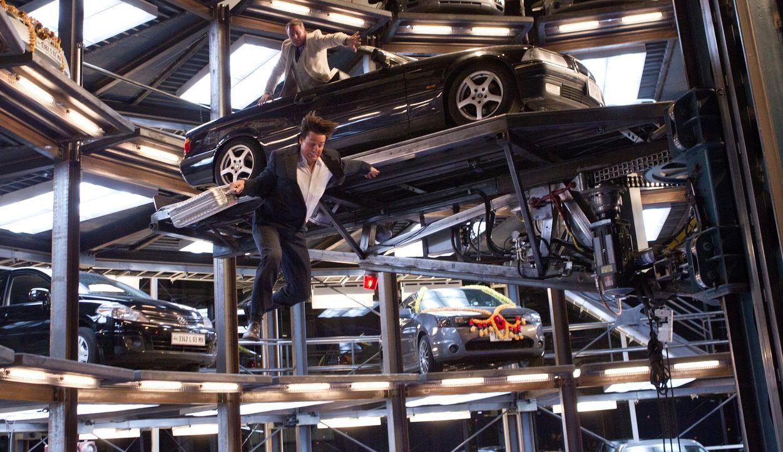 Bei dem Kampf um einen Koffer, voll mit wichtigen Daten, riskieren Ethan Hunt (Tom Cruise, unten) und Kurt Hendricks (Michael Nyqvist, oben) alles.... - Bildquelle: 2011 Paramount Pictures. All Rights Reserved.