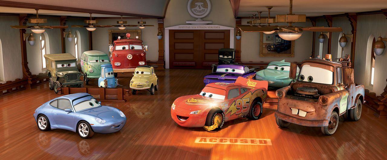 Mit Hilfe seiner neuen Freunde, diesem Haufen schräger Blechkisten, lernt der von sich völlig überzeugte Rennwagen Lightning (2.v.r.) etwas Einzi... - Bildquelle: Walt Disney Pictures