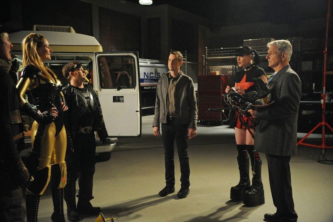 Bei den Ermittlungen in einem neuen Mordfall, stoßen Gibbs (Mark Harmon, r.), Abby (Pauley Perrette, 2.v.r.) und Mc Gee (Sean Murray, 3.v.r.) auf To... - Bildquelle: 2012 CBS Broadcasting Inc. All Rights Reserved.