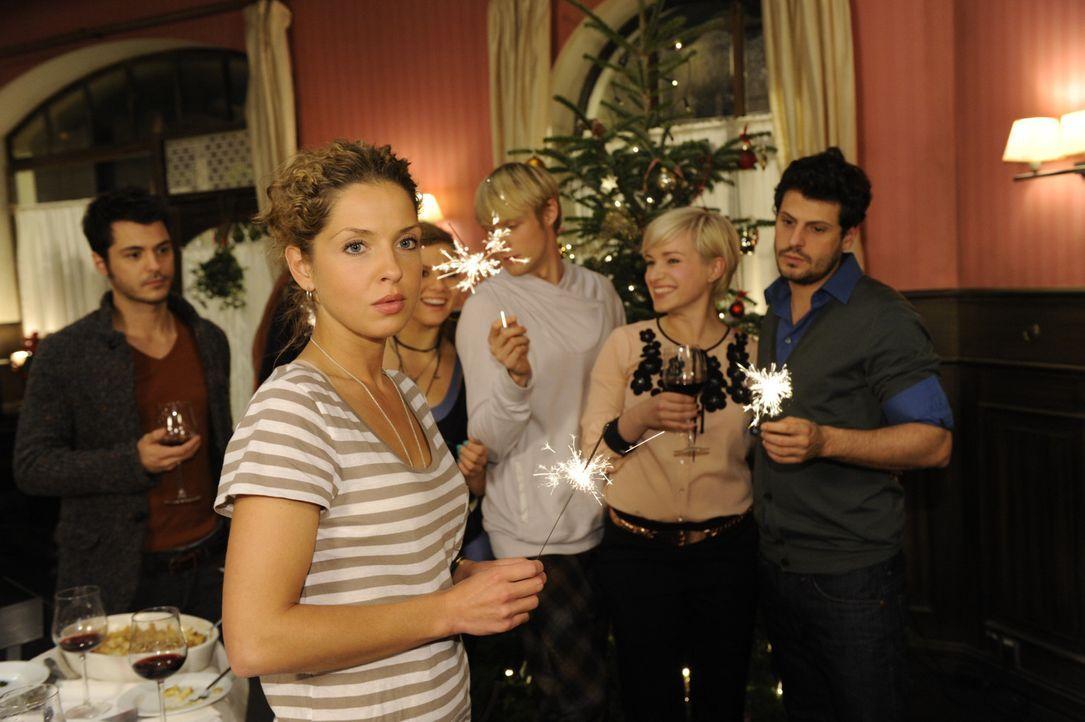 Fröhliche Weihnachten: (v.l.n.r.) Maik (Sebastian König), Nina (Maria Wedig), Paule (Wanda Worch), Virgin (Chris Gebert), Olivia (Kasia Borek) und... - Bildquelle: SAT.1