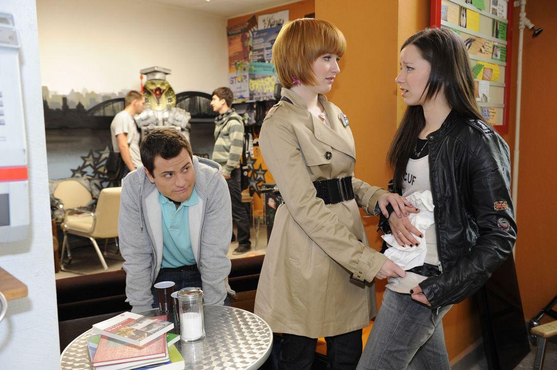 Timo (Rocco Stark, l.) ist von Sophies (Franciska Friede, M.) und Luzis (Selina Mueller, r.) Verhalten nicht begeistert ... - Bildquelle: SAT.1