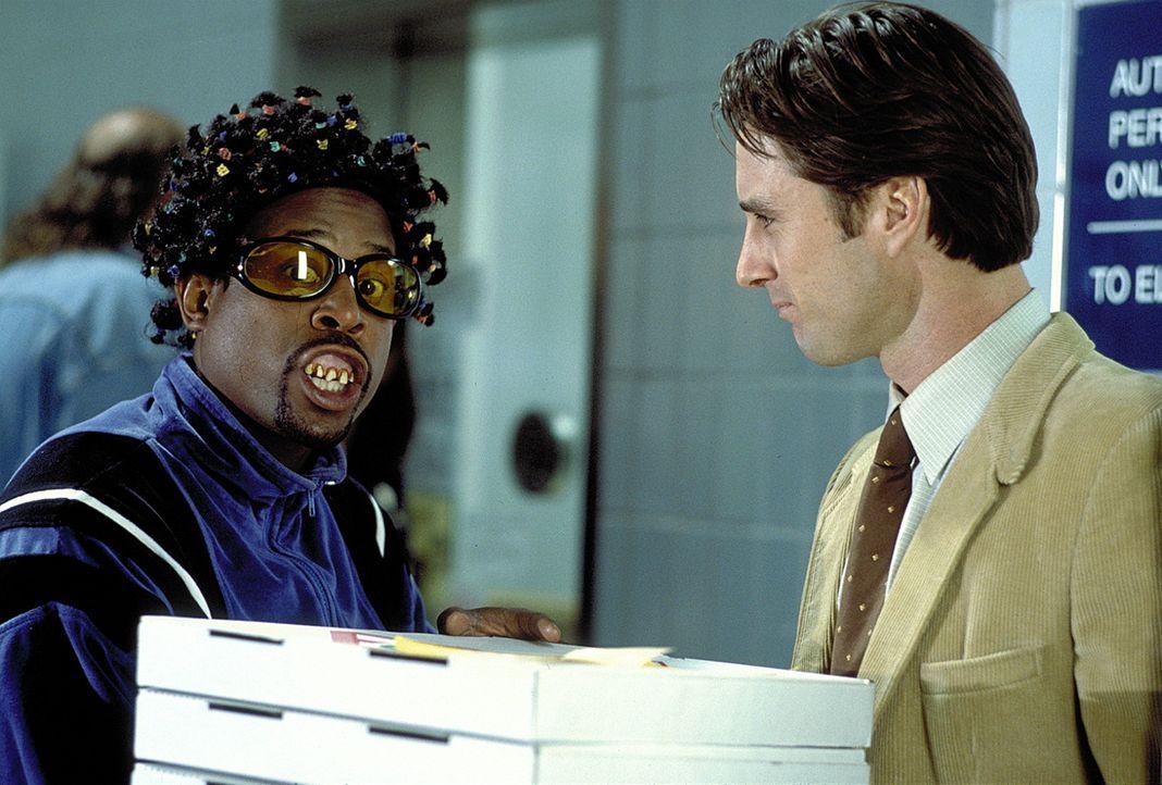 Nichts lässt Miles Logan (Martin Lawrence, l.) unversucht, um die Gangster hinter Schloss und Riegel zu bringen. Da wundert sich sogar sein Kollege... - Bildquelle: Columbia Pictures