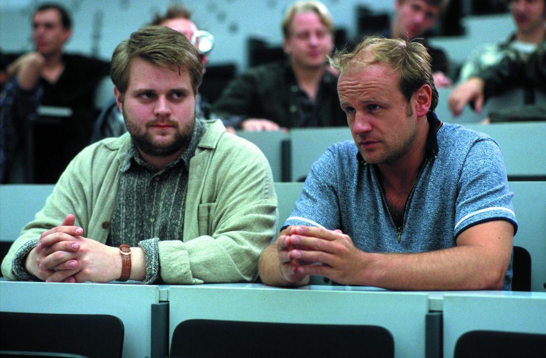 4000 Mark für zwei Wochen: Auch Bosch (Antoine Monot jr., l.) und Schütte (Oliver Stokowski, r.) interessieren sich für das von einer Universitä... - Bildquelle: SENATOR FILM Alle Rechte vorbehalten