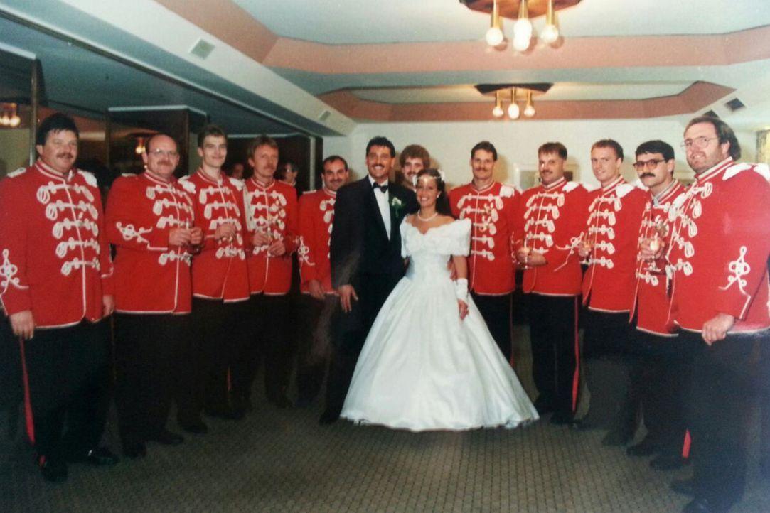 Wird es Frank Kröger (Mitte l.) gelingen, denselben Festsaal, dieselben Gäste und dasselbe Brautkleid zu organisieren, wie bei der ersten, echten Ho... - Bildquelle: privat