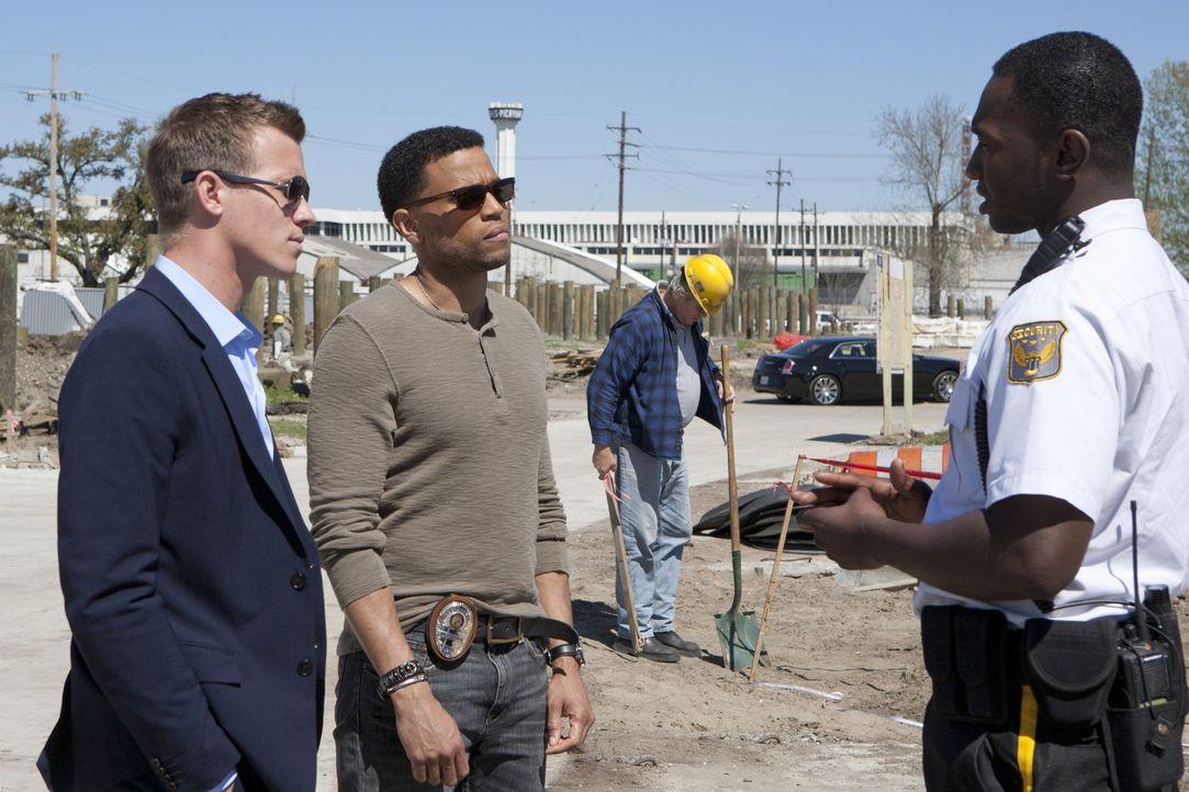 Werden zu einem neuen Mordfall gerufen und dabei stoßen Travis (Michael Ealy, M.) und Wes (Warren Kole, l.) auf den Verlobten von Dr. Ryan. Doch wa... - Bildquelle: USA Network
