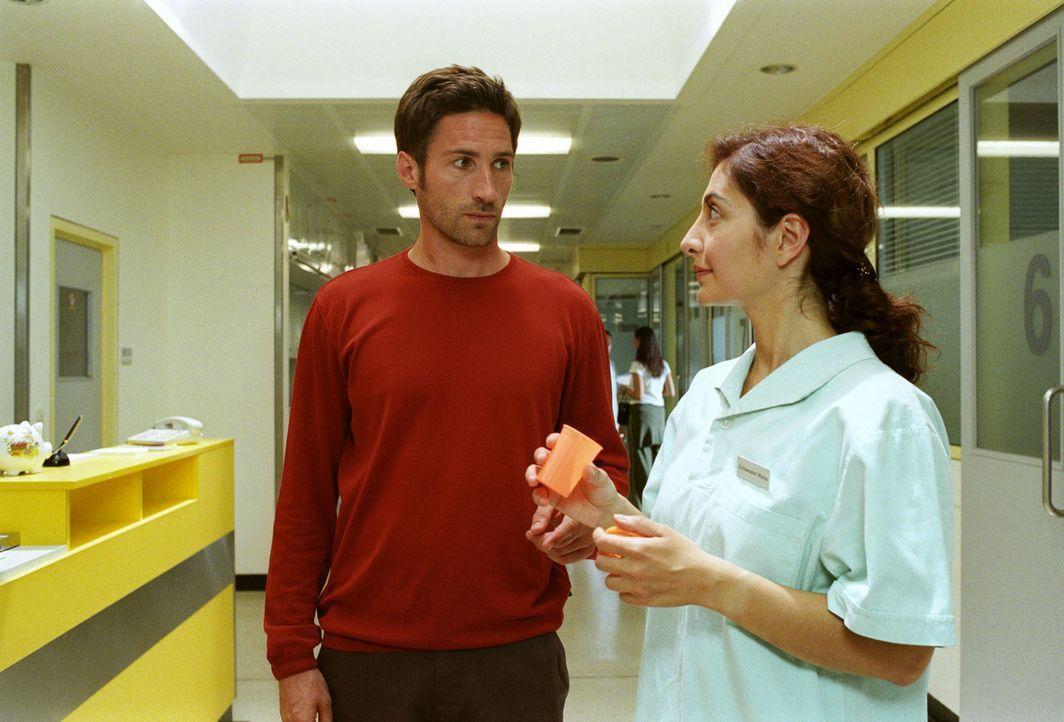 Da sich das Babyglück nicht einstellen will, findet sich Uli (Benjamin Sadler, l.) unverhofft beim Spermatest - und unter den Fittichen von Schweste... - Bildquelle: Sat.1