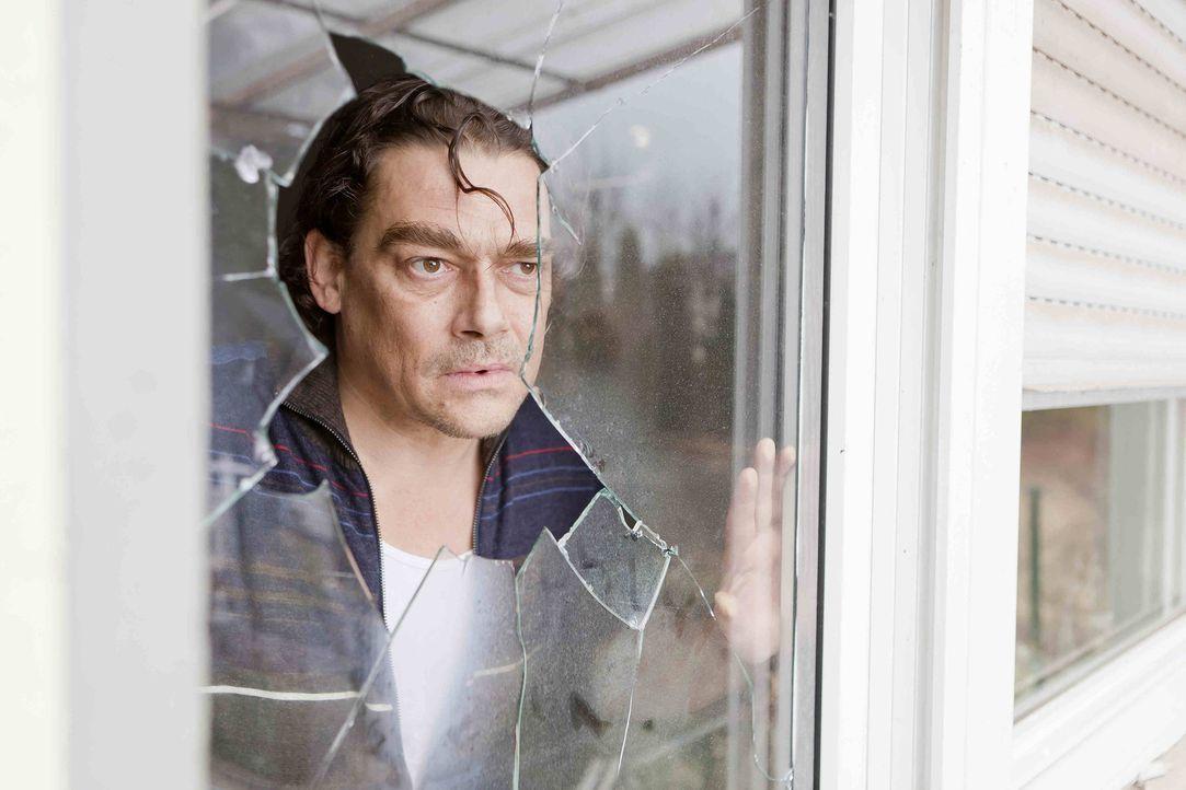 Bittet Danni um Hilfe, da seine Nachbarn ihn offensichtlich wegekeln wollen: Heinz Moser (Martin Feifel) ... - Bildquelle: SAT.1