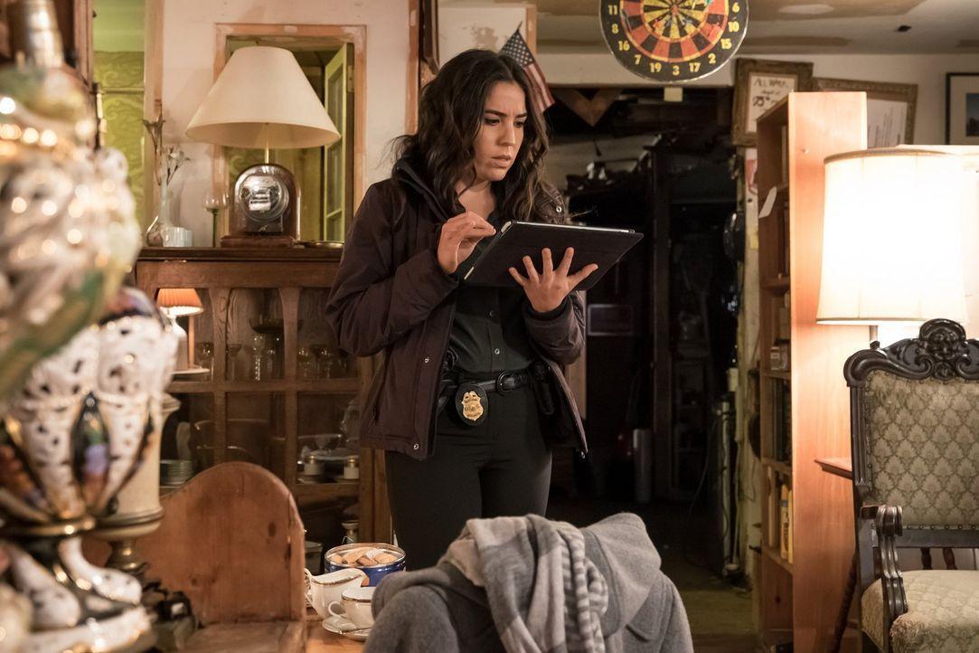 Immer wieder wird Zapata (Audrey Esparza) von einem mysteriösen Anwalt unter Druck gesetzt, ihre Chefin Mayfair auszuspionieren. Noch wehrt sich die... - Bildquelle: Warner Brothers