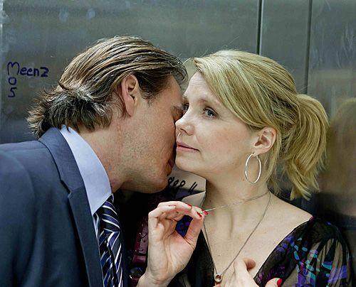 Danni (Annette Frier) und Olli (Jan Sosniok) nähern sich wieder an und für einen Moment sieht es so aus, als würde Danni ihren Klapptisch gegen e... - Bildquelle: Frank Dicks - Sat1