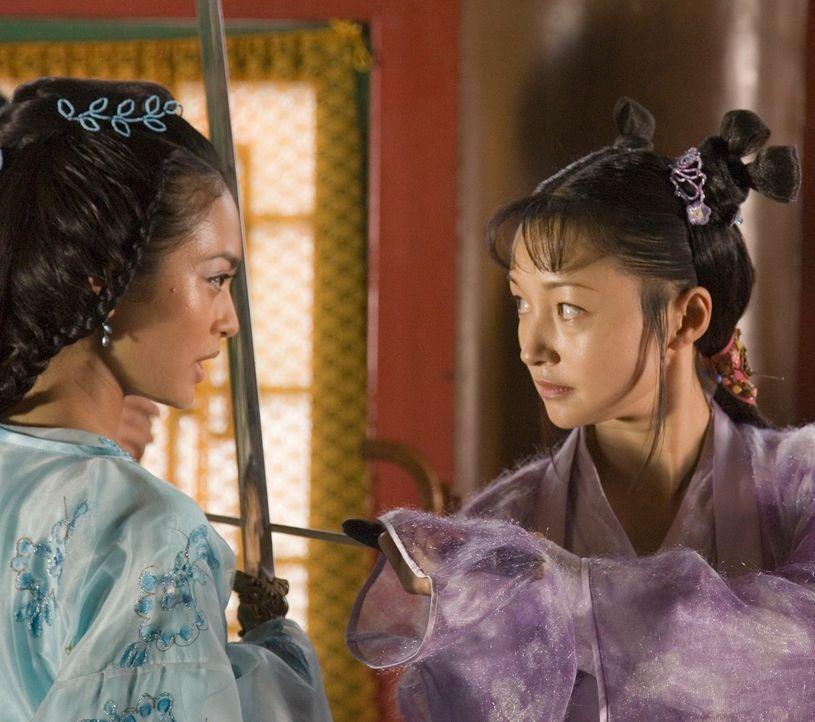 Als die Wettkämpfe beginnen, schickt die Prinzessin Li Wei (Desiree Ann Siahaan, l.) ihre Freundin und Schwert-Meisterin Ting Ting (Theresa Lee, r.)... - Bildquelle: RHI Entertainment