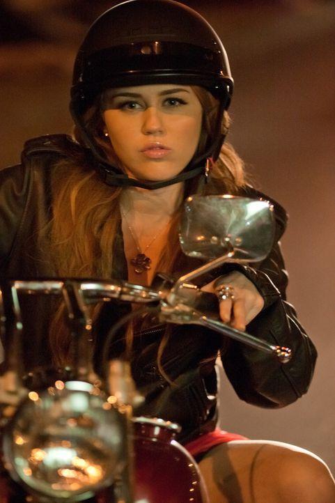Kann die Finger einfach nicht von Nicholas' Motorrad lassen: Molly (Miley Cyrus) ... - Bildquelle: Saeed Adyani Bluefin Productions LLC
