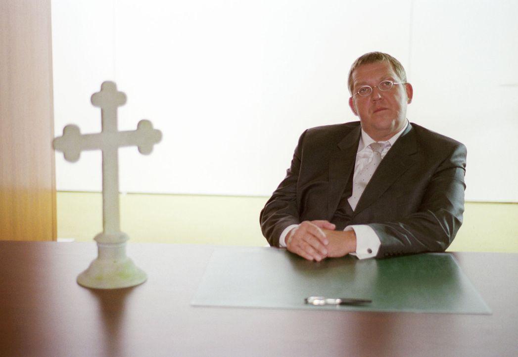 """Interessiert beobachtet der himmlische """"Programmdirektor"""" Petrus (Dietmar Bär), wie sich Maria-Luise auf der Erde um ein """"unterhaltsames Programm"""" f... - Bildquelle: Sat.1"""