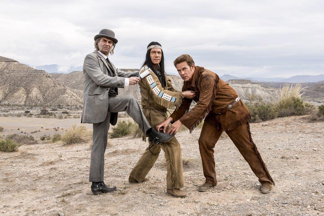 "(v.l.n.r.) Dr. Schmitz (Rick Kavanian); Winnetou (Michael ""Bully"" Herbig); Old Shatterhand (Christian Tramitz) - Bildquelle: Marco Nagel Warner Bros."