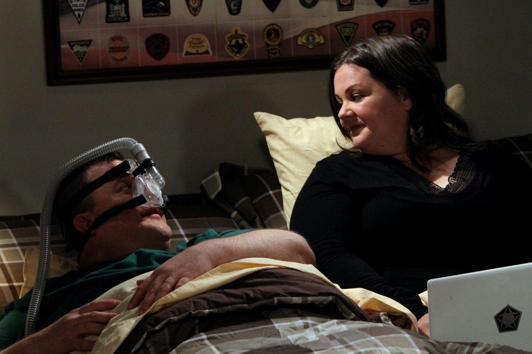 Probleme stehen an, denn Molly (Melissa McCarthy, r.) macht es zu schaffen, dass Mike (Billy Gardell, l.) nachts fürchterlich schnarcht ... - Bildquelle: Warner Bros. Television