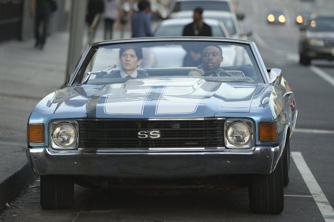 Als Detective Carter (Justin Hires, r.) des LAPDs und Detective Lee (Jon Foo, l.) aus Hong Kong zusammenarbeiten müssen, ist Chaos vorprogrammiert .... - Bildquelle: Warner Brothers