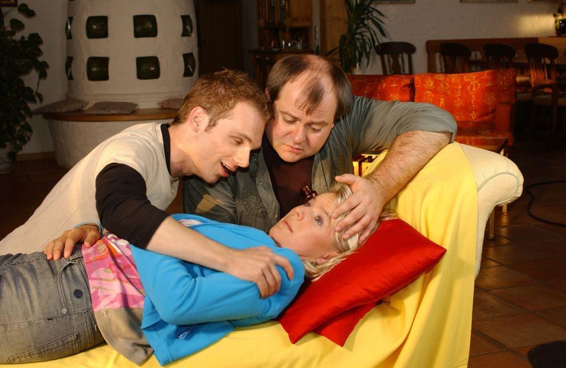 Ralf (Ralf Schmitz, l.) und Markus (Markus Majowski, M.) kümmern sich um ihre Mitbewohnerin Mirja (Mirja Boes, liegend) - Bildquelle: Sat.1