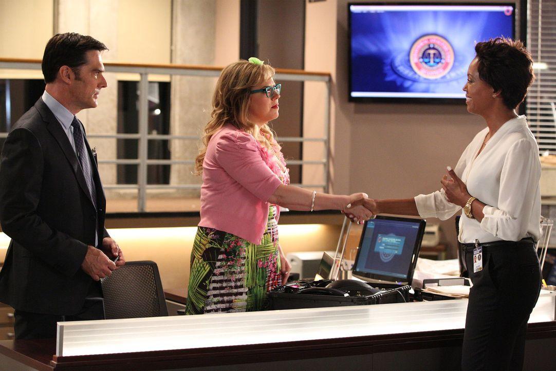 Das Team um Hotch (Thomas Gibson, l.) und Garcia (Kirsten Vangsness, M.) versucht, einen Serientäter zu fassen - dabei bekommen sie Unterstützung vo... - Bildquelle: ABC Studios