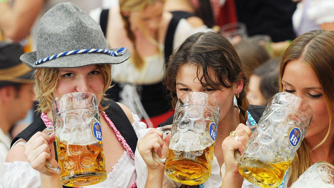 oktoberfest-wiesn-trinken-bier-mass-AFP - Bildquelle: AFP