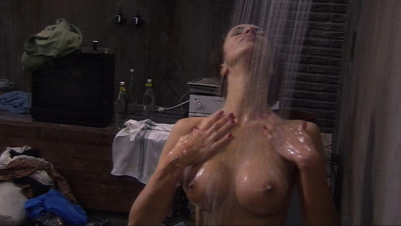 Janina duscht2 - Bildquelle: SAT.1