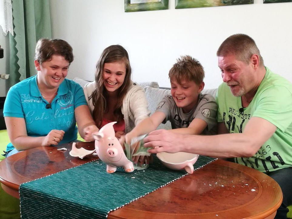 Ob Coupons sammeln oder Sparangebote jagen - sinnvoll sparen zahlt sich aus: Mit welchen Spartipps konnte diese Familie überzeugen? - Bildquelle: Sat.1