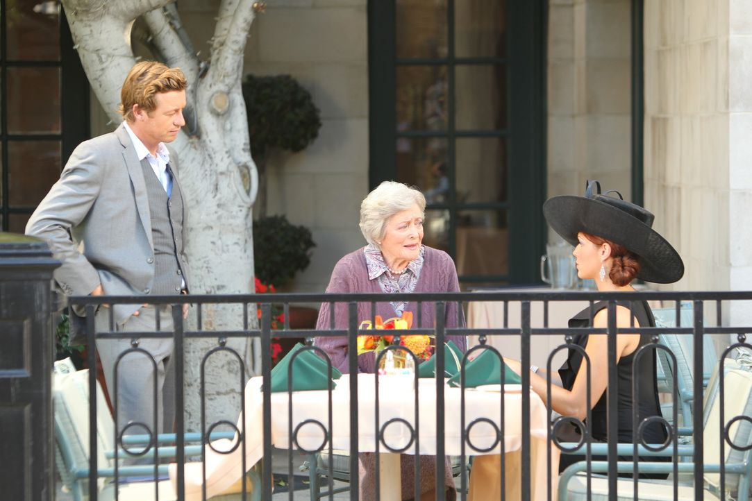 Patrick (Simon Baker, l.) und Grace (Amanda Righetti, r.) ermitteln in einem neuen Fall und stoßen dabei auf Nikki (Eve Brenner, M.) ... - Bildquelle: Warner Bros. Television