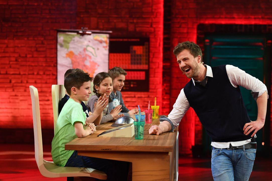 Luke Mockridge (r.) ist gespannt, ob es den Schulkindern gelingt, die Promis zu schlagen ... - Bildquelle: Willi Weber SAT.1