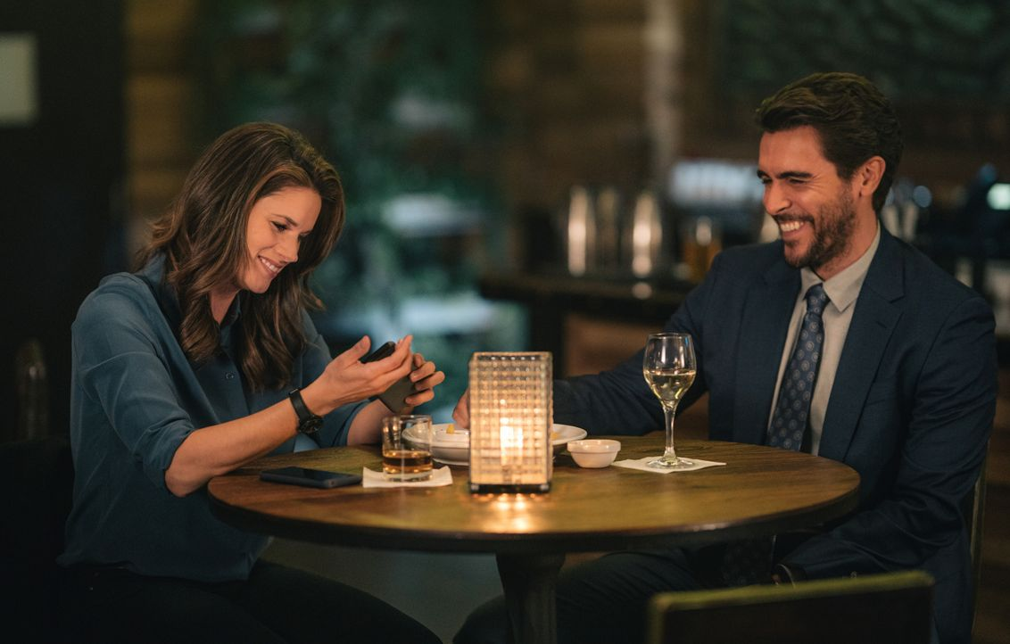 Special Agent Maggie Bell (Missy Peregrym, l.); Nestor Vertiz (Josh Segarra, r.) - Bildquelle: Michael Parmelee 2020 CBS Broadcasting Inc. All Rights Reserved. / Michael Parmelee