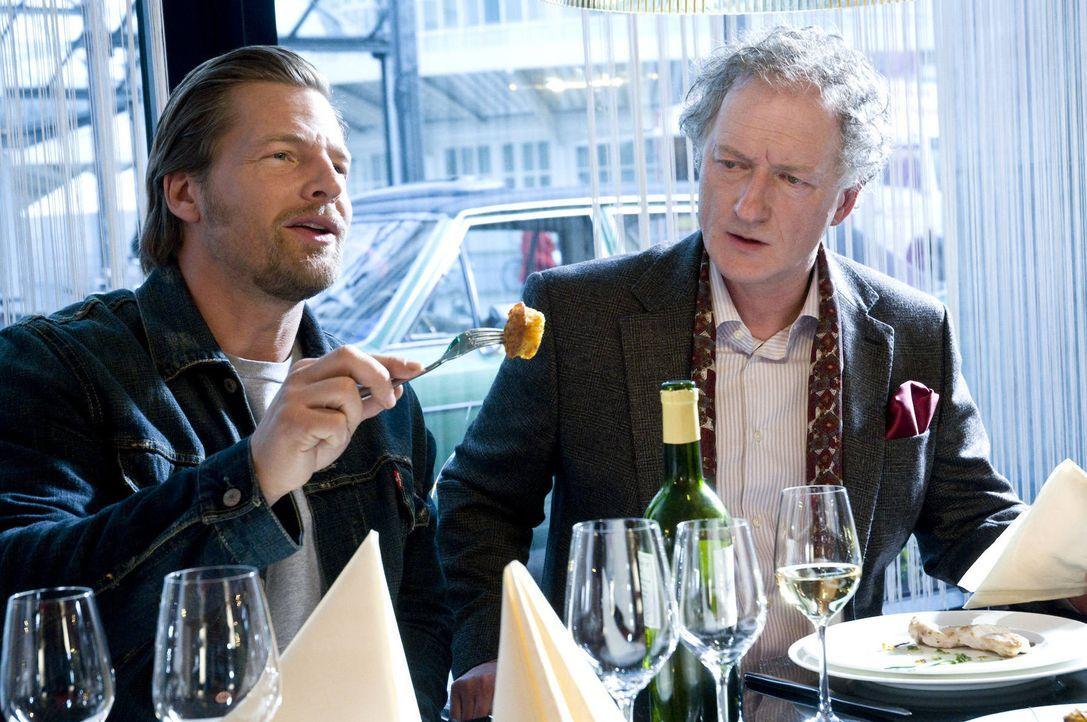Mick (Henning Baum, l.) ahnt nicht, dass der Restauranttester Wolfgang Barsch (Falk Rockstroh, r.) ein trauriges Berufsgeheimnis hütet ... - Bildquelle: SAT.1
