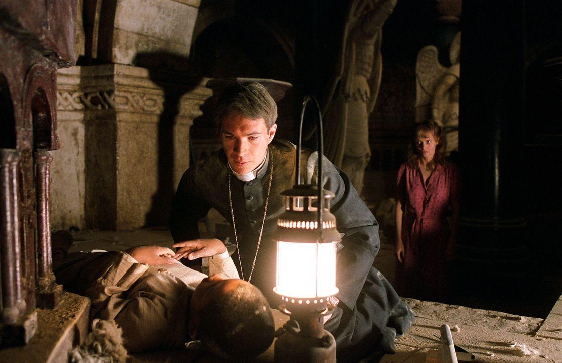 Nachdem die Krankenschwester Sarah (Izabella Scorupco, r.) alles in ihrer Macht stehende versucht hat um Joseph (Remy Sweeney, l.) zu helfen, beschl... - Bildquelle: Warner Brothers