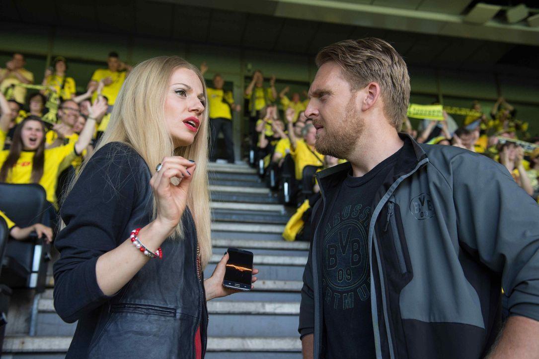 Philipps (Axel Stein, r.) Herz schlägt von Kindesbeinen an für den BVB, während Viktoria (Julia Hartmann, l.) für den FC Bayern München arbeitet. Ei... - Bildquelle: Willi Weber SAT.1