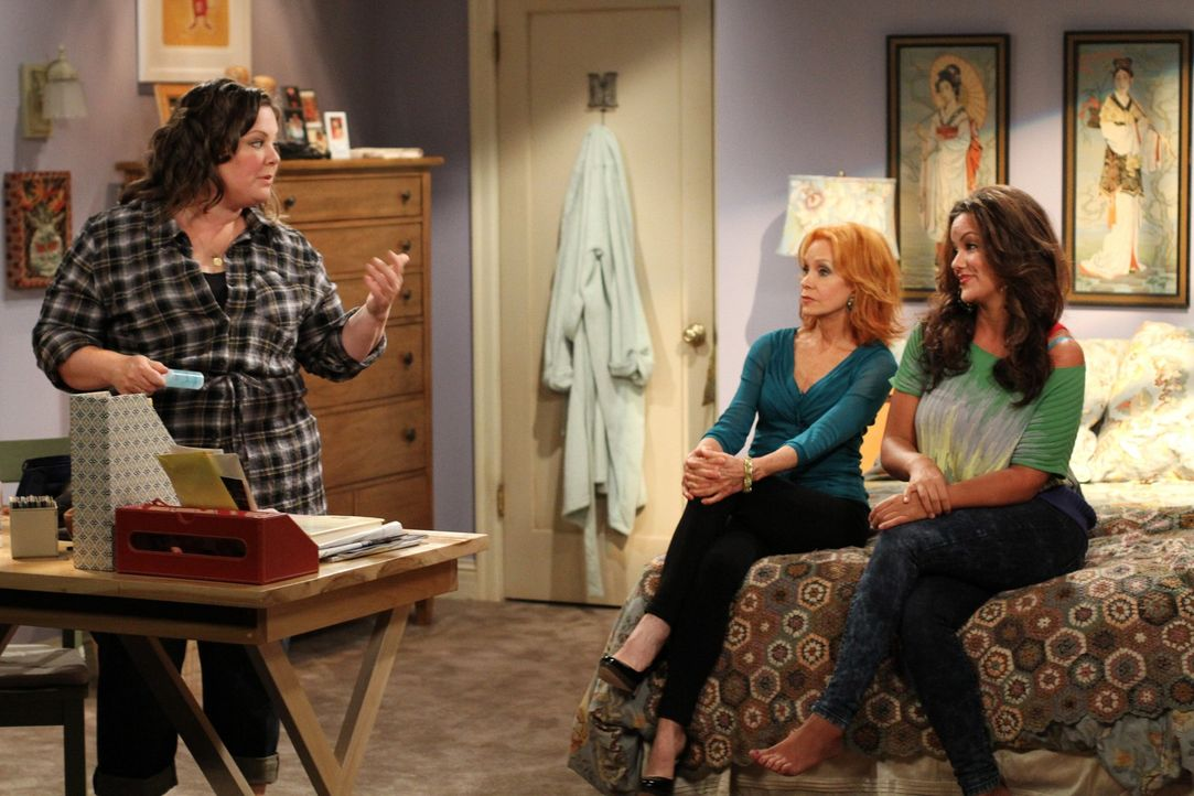 Haben gute Ratschläge für Molly (Melissa McCarthy, l.): Mutter Joyce (Swoosie Kurtz, M.) und Schwester Victoria (Katy Mixon, r.) ... - Bildquelle: Warner Bros. Television