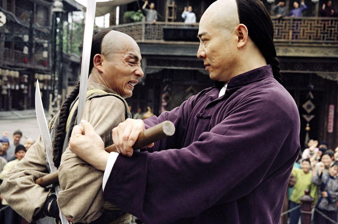 Mit Ehrgeiz und Willensstärke gelingt es Huo Yuanjia (Jet Li, r.) gegen den Willen seines Vaters ein berühmter Material Arts Kämpfer zu werden. Doch... - Bildquelle: Constantin Film Verleih GmbH
