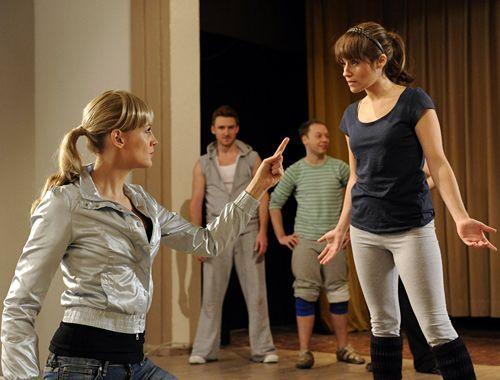 Emma (Kasia Borek, r.) ist schockiert, als sie erfährt, dass Hotte (Dennis Schigiol, l.) Geister befragen will ...  - Bildquelle: Christoph-Assmann - Sat1