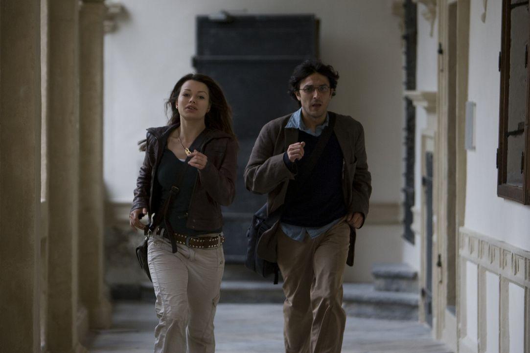 Bei der Suche nach den Mördern ihres Vaters stoßen Johanna (Cosma Shiva Hagen, l.) und der Religionswissenschaftler Simon (Olivier Sitruk, r.) auf d... - Bildquelle: ProSieben