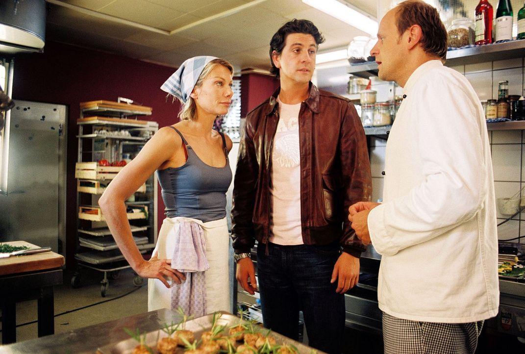 Stefan (Oliver Stokowski, r.) lernt Simones (Ursula Karven, l.) neuen Freund (Gregor Törzs, M.) kennen. - Bildquelle: Sat.1