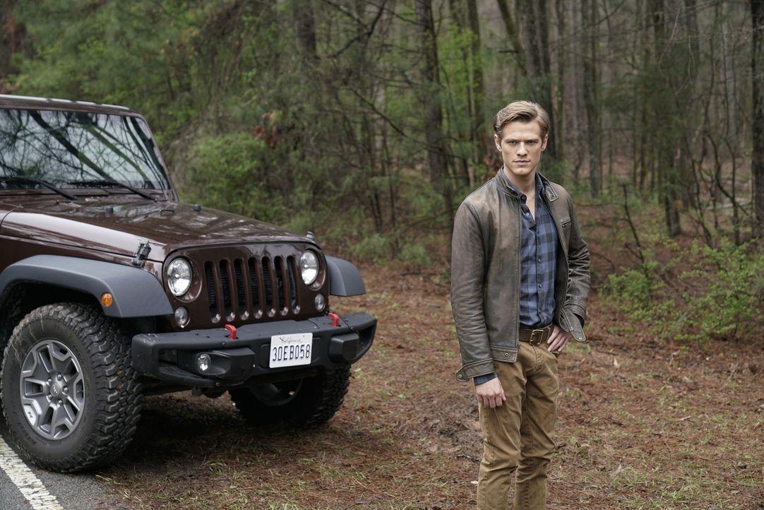Bei seiner neuen Mission bekommt MacGyver (Lucas Till) unerwartete, aber lang erhoffte Unterstützung ... - Bildquelle: Jace Downs Jace Downs/CBS   2018 CBS Broadcasting, Inc. All Rights Reserved.