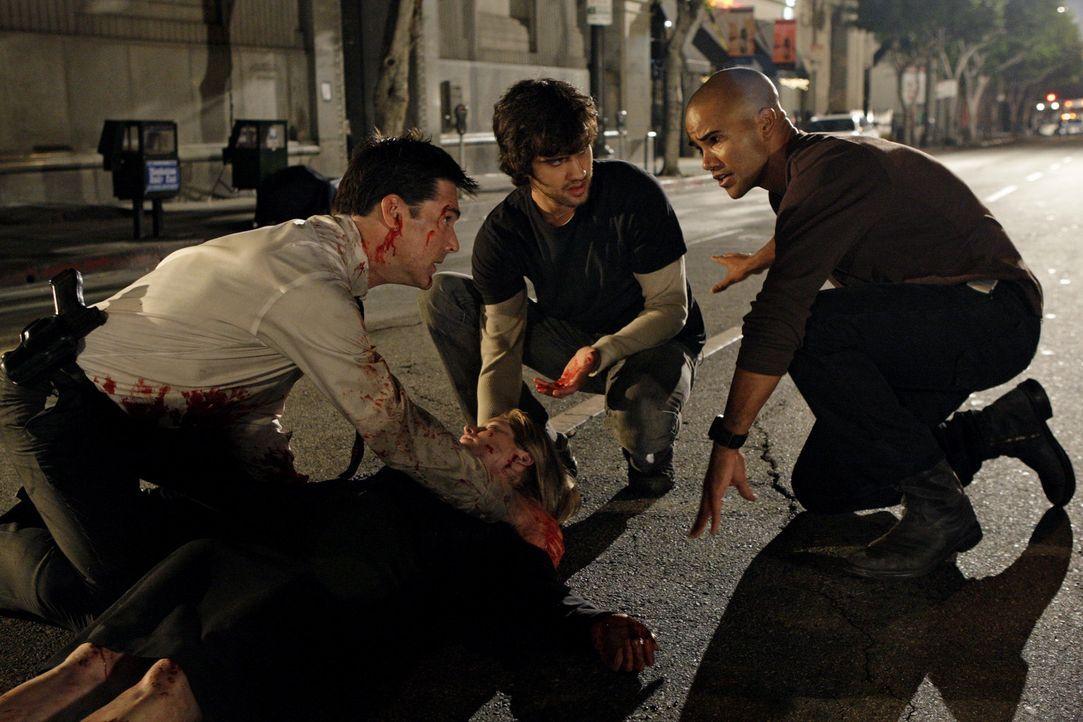 Noch ahnen die Agenten Hotch (Thomas Gibson, l.) und Morgan (Shemar Moore, r.) nicht, die gerade versuchen, Kate Joyner (Sienna Guillory, liegend) d... - Bildquelle: Touchstone Television