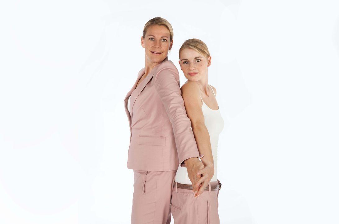 Als sich die Mutter zweier pubertierender Kinder, Claire (Sophie Schütt, l.), in ihre Schulzeit zurückversetzt, in die Zeit, als sie als Shakespea... - Bildquelle: Maor Waisburd SAT.1
