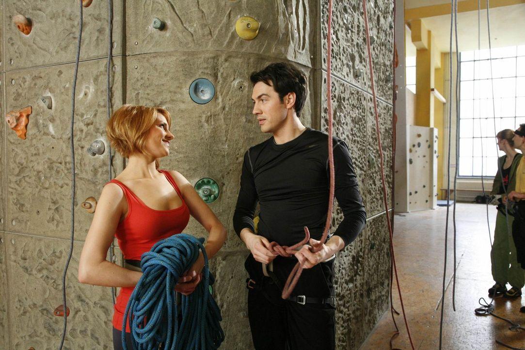 Die beiden scheinen sich ähnlicher als ihnen lieb ist, denn ebenso wie Manu hat auch Jana (Ronja Peters, l.) einen Hang zu Fettnäpfchen: Ausgerech... - Bildquelle: SAT.1