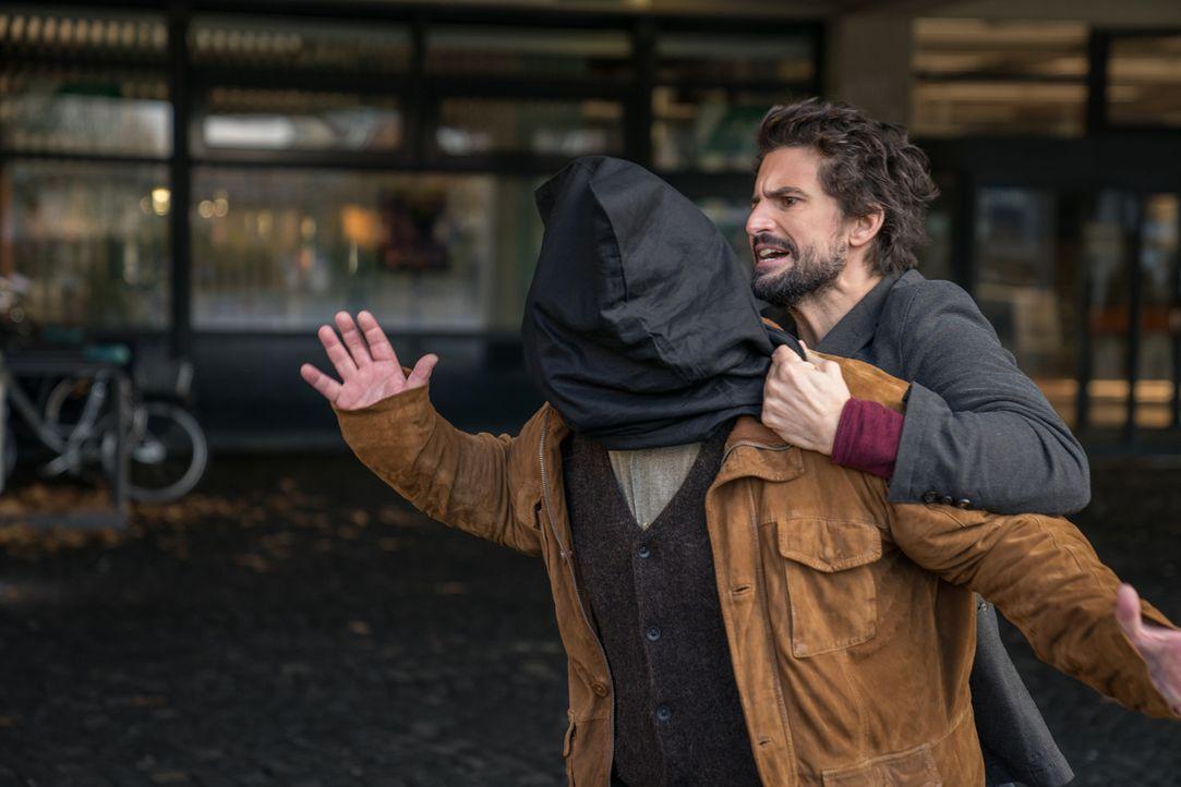 """Schnappt sich einen Verdächtigen: Prof. Felix """"Einstein"""" Winterberg (Tom Beck) ... - Bildquelle: Wolfgang Ennenbach SAT.1"""