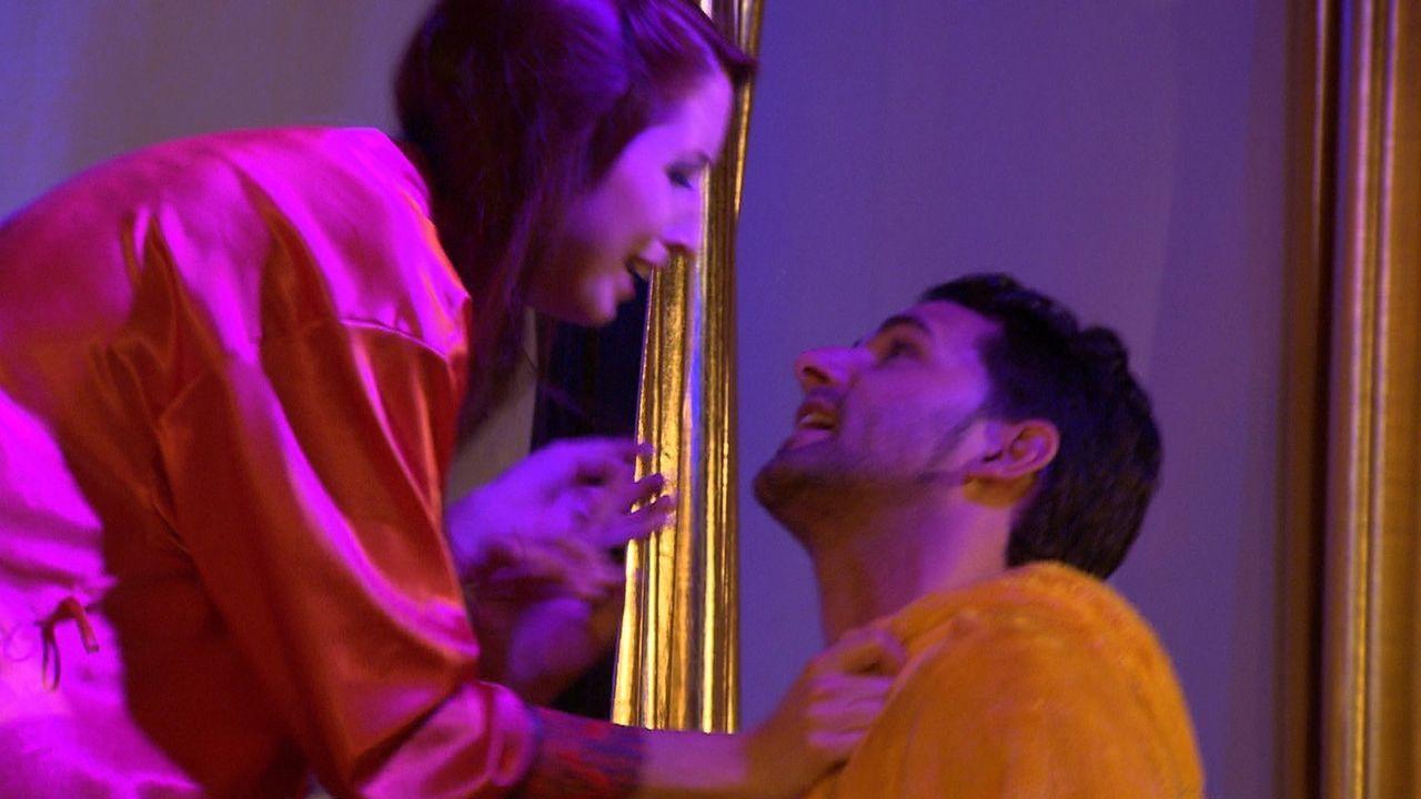 Die Hochzeit der 29-jährigen Theresa (l.) mit ihrem Verlobten Carl (r.) steht kurz bevor. Der 30-Jährige feiert mit seinen Kumpels einen wilden Ju... - Bildquelle: SAT.1