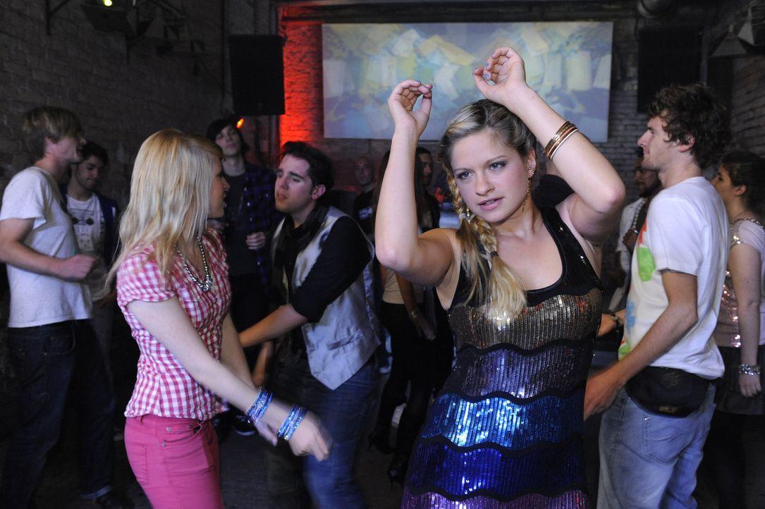 Lenkt sich beim Tanzen von ihren Sorgen ab: Mia (Josephine Schmidt) ... - Bildquelle: SAT.1