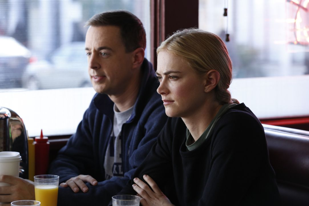 Die Marathon-Vorbereitungen des NCIS-Teams laufen ganz andere als geplant: Werden Bishop (Emily Wickersham, r.) und McGee (Sean Murray, l.) im Stich... - Bildquelle: Cliff Lipson 2016 CBS Broadcasting, Inc. All Rights Reserved